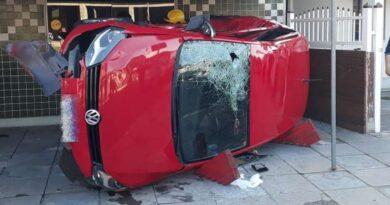 Veículo invade área de lancheria após colisão em Osório