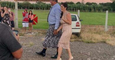 Prefeito toma posse vestindo saia para pagar aposta de campanha no Litoral
