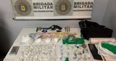Mulher é presa pela BM com quase 1000 porções de cocaína, arma e munições em Tramandaí