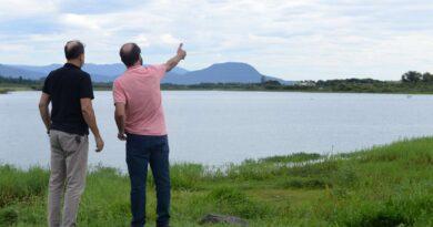 Autoridades assinam ordem de serviço para limpeza da Lagoa do Marcelino em Osório