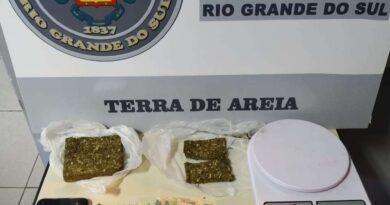 Dupla entregava drogas com moto furtada em Terra de Areia