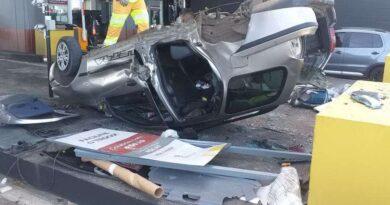 Três pessoas ficam feridas após carro capotar na praça do pedágio em Santo Antônio da Patrulha