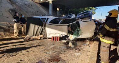 Motorista fica presa nas ferragens ao cair de viaduto em Osório